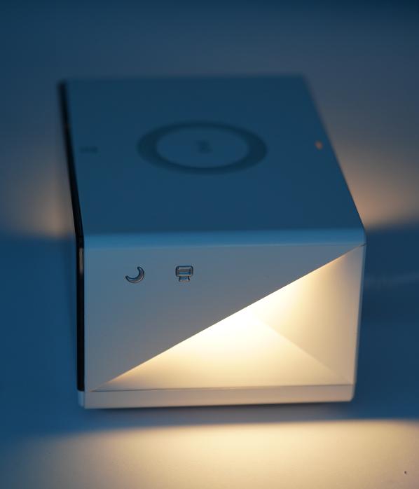 ساعت دیجیتال رومیزی هوشمند مومکس همراه با شارژر وایرلس مدل QC2CNW